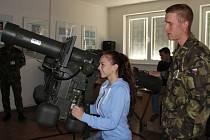 – Tereza Sporková si na trenažéru vyzkoušela činnost operátora protiletadlového kompletu RBS-70.