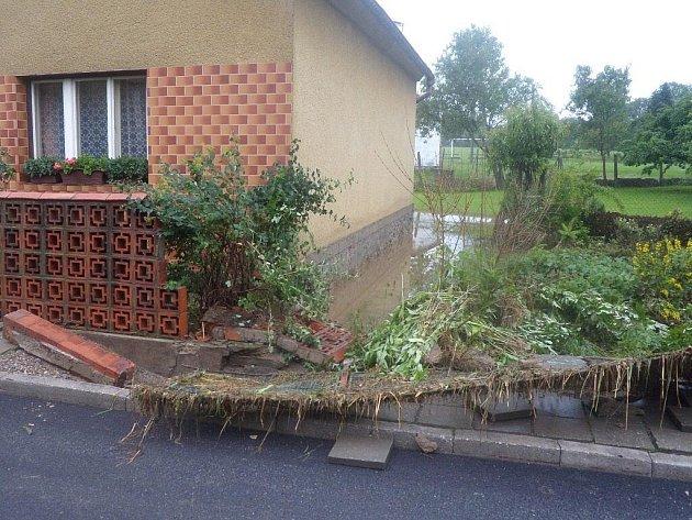 Během okamžiku zbořila voda v Předslavicích ploty, roztrhala chodníky a zanesla domy bahnem.