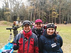 STŘELKYNĚ.  Simona Toningerová , Vlaďka Hradská a Tereza Veselá  (zleva)  přivezly z  mezinárodních závodů ve střelbě zlato.