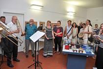 Ve vstupní hale Šmidingerovy knihovny ve Strakonicích byla zahájena v úterý 2. července výstava Bedřicha Zákosteleckého (77).