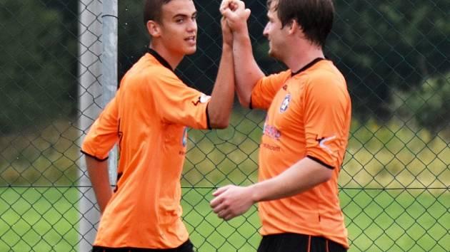 Po spolupráci Ondřeje Koutského s Davidem Zoubkem (zleva) vstřelil prvně jmenovaný úvodní gól Katovic.