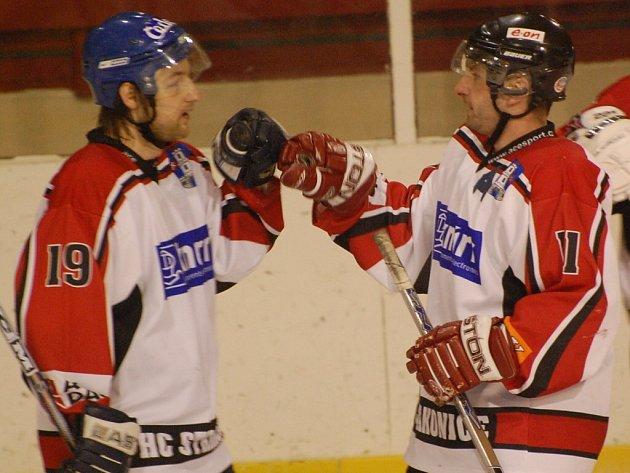 Bude to ještě boj! O postupujícím do semifinále mezi Strakonicemi a Velkou Radouní rozhodne až třetí zápas. Na snímku jsou Petr Stropnický a Karel Procházka (zleva).