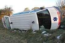 Sanitku vůz vytlačil mimo silnici.