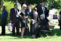 Poslední rozloučení s manželi, kteří v neděli 16. srpna zahynuli při pádu letadla ve Strakonicích.