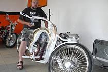 """""""Soutěžní hodnocení designových motocyklů je jako krasobruslení,"""" podotýká stavitel Míra Žižka (na snímku s pohárem za prvenství na soutěži v Pullman city v Německu)."""