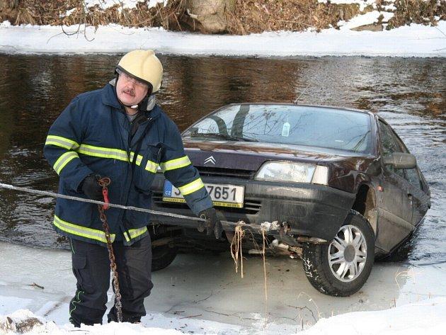 Auto spadlo do náhonu.
