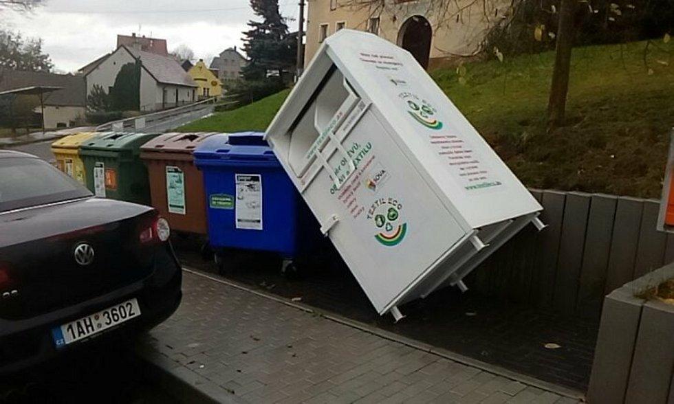 Vítr si poradil nejen s plastovými popelnicemi, ale i s těžším kontejnerem, jako třeba v Modlešovicích.