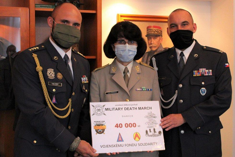 Kapitán Lukáš Perný a nadrotmistr Jaroslav Nábělek předali symbolický šek ve výši 40 tisíc korun předsedkyni výboru Vojenského fondu solidarity brigádní generálce Lence Šmerdové.