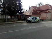 Na autobusové zastávce ve Střelských Hošticích našli v úterý lidé mrtvého muže.