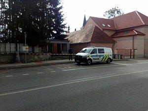 Na autobusové zastávce ve Střelských Hošticích našli mrtvého muže
