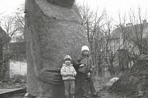 Děti Marcela Goetze u zrodu sochy moai ve Strakonicích u domova mládeže.