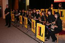 ZKUŠENOST. Taneční orchestr L Band pod vedením Miroslava Lukeše byl loni také součástí tanečních.