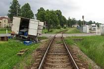 Zdánlivě klidné, málo frekventované místo vTovární ulici ve Strakonicích. Stačilo málo a mohly být ohroženy životy desítek cestujících ve vlaku.