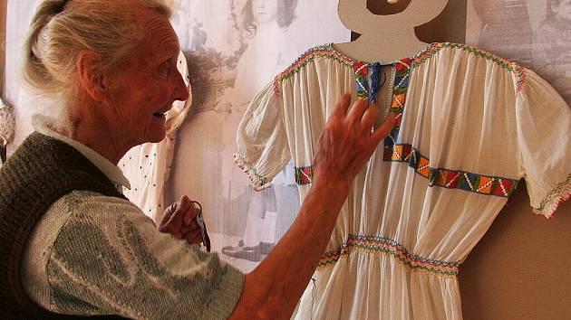 Výstava s názvem Co lidé nosívali... na tvrzi v Dobrši.