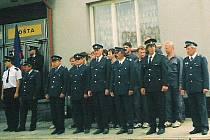 Místní sbor dobrovolných hasičů před obecním uřadem ve Lnářích.