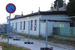 Dělníci vyklízejí dvě nádražní budovy, které padnou kvůli výstavbě strakonického přednádražního prostoru