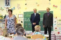 Využili jsme závěru roku a požádali děti o pomoc pro jižní Moravu, uvedl ředitel školy Pavel Kohout (uprostřed).