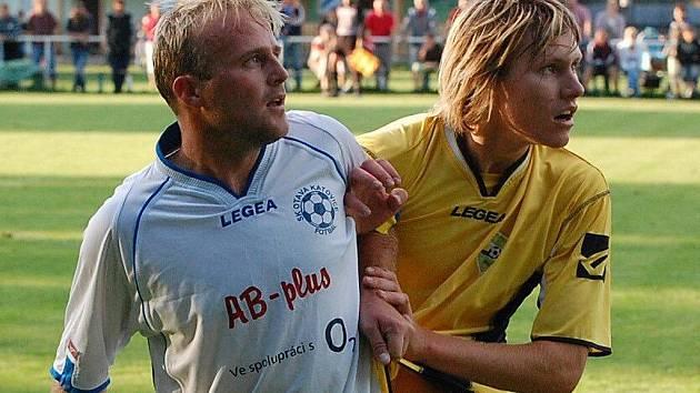 V podzimním derby Katovice - Osek se radovali ze zisku tří bodů hosté. Západ rozhodl v 74. minutě gól Martina Cardy (na snímku vpravo, brání ho Petr Kuncl).