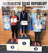 Eliška Vokatá (uprostřed) přivezla čtyři zlaté a jednu stříbrnou medaili.