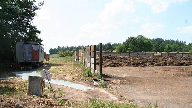 Maringotka byla přestěhována do blízkosti hnojiště.