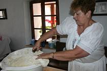 Příprava na pečení chleba v hoslovickém mlýně.