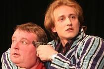 Zleva Julien (Václav Kubeš) a Richard (Martin Dvořák).