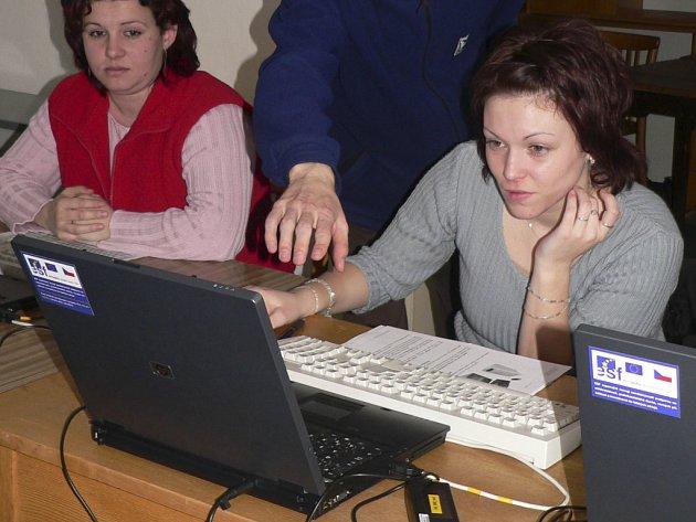 Kurzy pro maminky přinesly volyňské knihovně další internet.