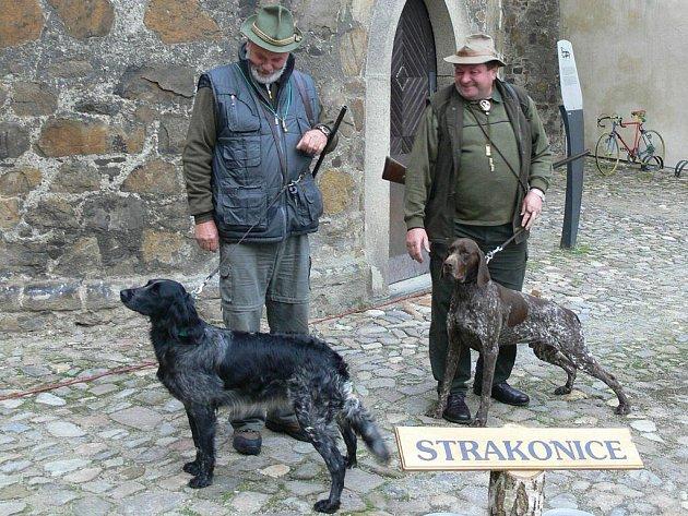 Psi s svými pány na strakonickém hradním nádvoří.