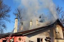 Požár rodinného domu ve Strakonicích 2. 3. 2021. Lidé mohli jen  přihlížet, jak přicházejí o domov.