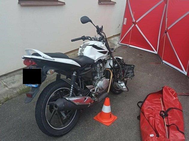 Tragický střet motocyklisty sosobním autem vÚjezdu uVodňan.