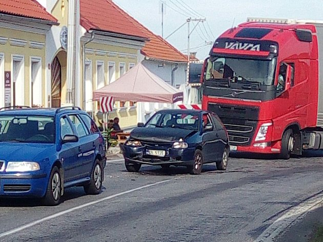 Čtyři osobní auta bourala v drahonické zatáčce.