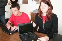 Lubomíra Hájková a Adam Kratina byli první studenti strakonické střední průmyslové školy, jež si převzali dva notebooky, které jim mají  být nápomocny při studiu. Oba žáci mají poruchy učení a počítač jim práci v hodinách i při dalším učení značně ulehčí.