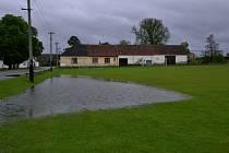 Takto v neděli 2. června v 15 hodin vypadalo hřiště v Poříčí. Vydatný a vytrvalý déšť vytvořil obří kaluž.
