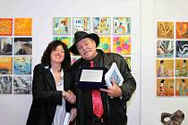 Na fotografii přebírá Jiří Máška cenu od Paoly Trevisan, ředitelky soutěže v Galeria De Marchi.