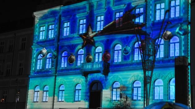 Slavnostní rozsvícení vánočního stromu na Velkém náměstí ve Strakonicích se uskutečnilo v neděli 2. prosince 2018.