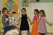 Děti se naučily koledy i tanečky.