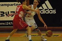 Strakonické basketbalistky (na snímku s míčem je Alena Jeništová) zahajují nadstavbovou část doma s Pardubicemi. V základní části je porazily 88:66 a 79:68.