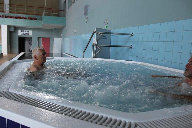 Nový wellness prvek je od září součástí areálu krytého bazénu. Vířivka již  byla spuštěna do zkušebního provozu, který potrvá do konce září.
