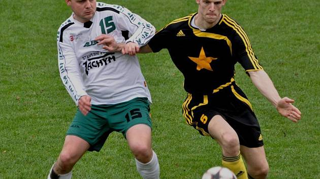 Fotbalisté Vodňan (v černém) v dohrávce podlehli doma Jankovu 0:1.