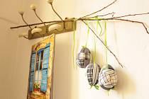 Vodňany – Originální velikonoční věnce ze skořápek slepičích vajec se vyráběly v pátek 19. dubna v rámci rukodělné dílny pod vedením Petry Dudákové.
