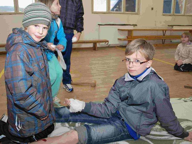 Mladý záchranář prověřoval znalosti žáků ze ZŠ Cehnice.