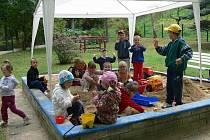 Mateřská škola v Malenicích má prostornou zahradu, kde děti tráví hodně času, pokud přeje počasí.