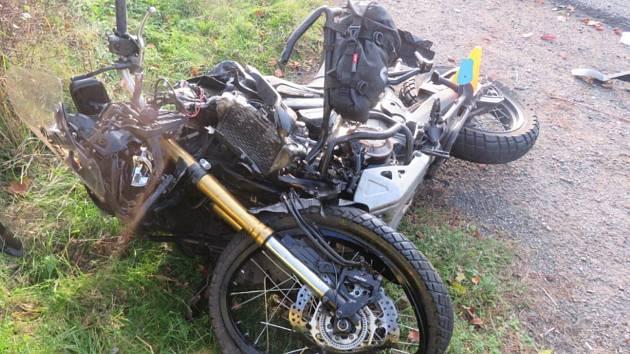 Motocyklista v obci Přední Zborovice na Strakonicku po nárazu do osobního auta zemřel.