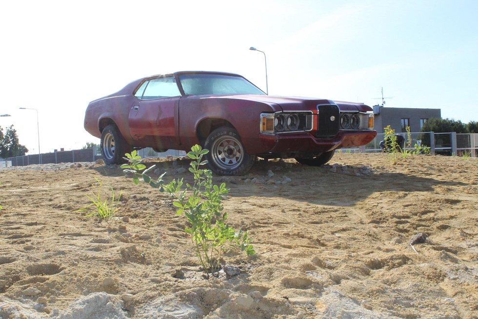 Kruhová křižovatka v ulici Radomyšlská ve Strakonicích představuje jihoamerickou prérii. Její dominantou je vrak amerického osobního vozu ze sedmdesátých let zaparkovaný na okraji písečné duny.