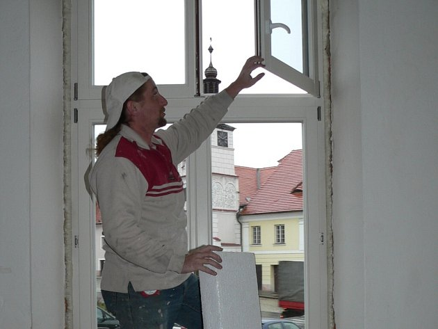 Minulý týden vyměňovali dělníci okna v knihovně ve Volyni.