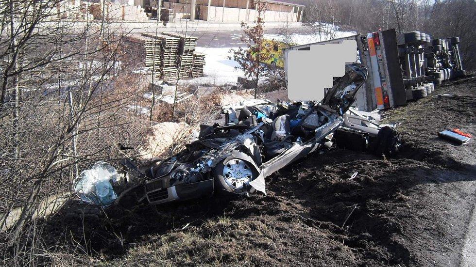Střet osobního auta s kamionem u Blatné si vyžádal jeden život.