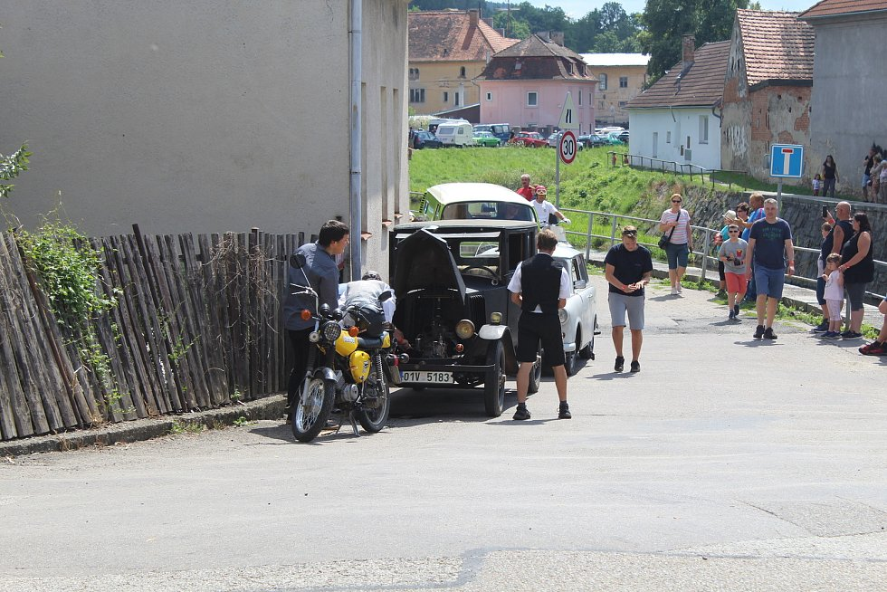 Sraz veteránů na volyňském koupališti.