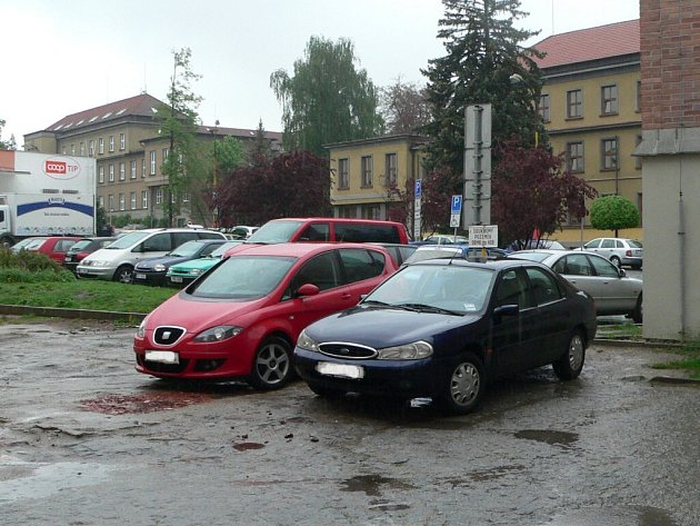 Zloději se vloupali celkem do 17 vozidel.