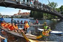 Druhý ročník závodů dračích lodí ve Strakonicích se uskutečnil v neděli 18. srpna na řece Otavě u pivovaru.