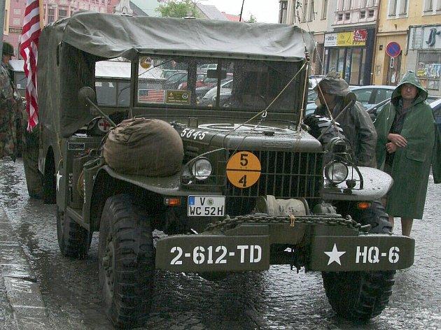 Historická vozidla vjela v pondělí 4. května na Velké náměstí ve Strakonicích.